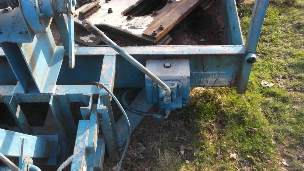 Lolode low loader trailer hydraulically lowers